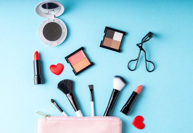 Kosmetisches Reisebesteck, das unersetzbar im Urlaub sind: was sollen Sie in den Koffer packen?