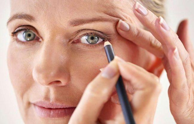 Haben Sie tiefliegende Augen? Schminken Sie korrigierendes Make-up!