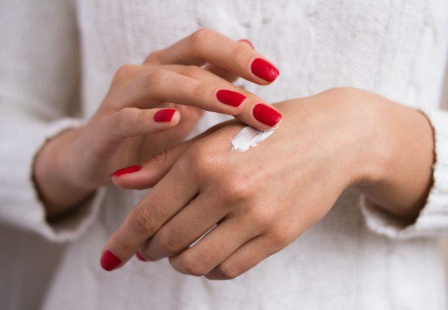 Sie verraten Ihr Alter! Wie sollten Sie für die Haut an den Händen sorgen?