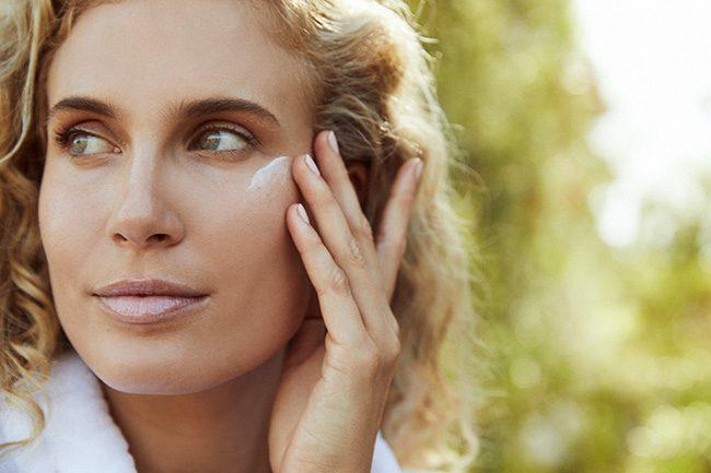 Wie soll die Haut im Augenbereich gepflegt werden?